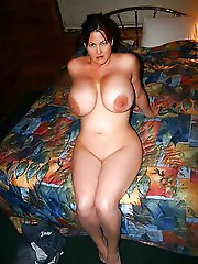 Cock addicted MILF posing totally naked on photo